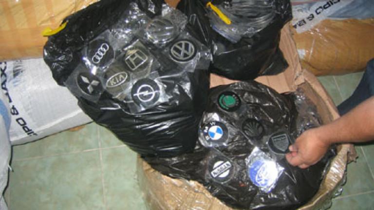Митничари задържаха контрабандни емблеми на различни марки автомобили на