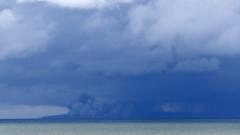 Вулканът Анак Кракатау изхвърля пепел, всички полети в района са пренасочени