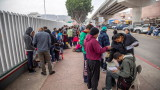 Граничари в САЩ спират със сълзотворен газ напиращи мигранти от Мексико