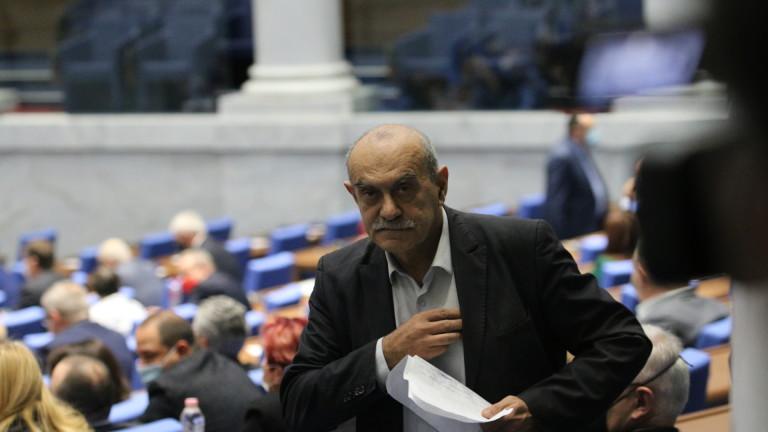 Квесторите в НС търсят маска за депутата Павел Шопов