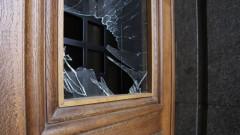 Червена боя и счупени стъкла - следите от протеста