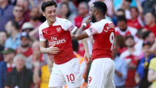 Месут Йозил остава в Арсенал поне до края на сезона