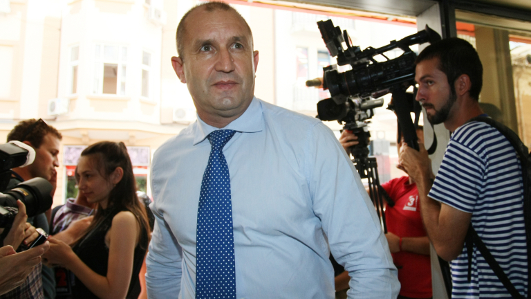 Цачева е Борисов в пола и с очила, разкри генерал Радев