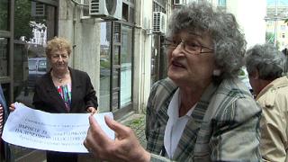 Баби с остеопороза скандираха пред МЗ