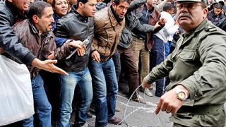 Предупреждават с изстрели протестиращите в Тунис