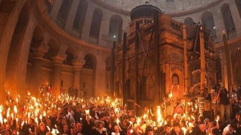 Българската делегация в Йерусалим взе благодатния огън. Благодатният огън снизходи