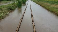 Възстановиха движението на влакове в наводнените района