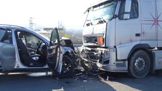 Шофьор пострада при челен удар между два тира край Русе