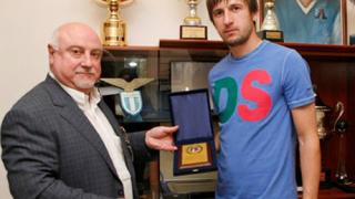 Левски изпрати Тасевски с благодарствен плакет