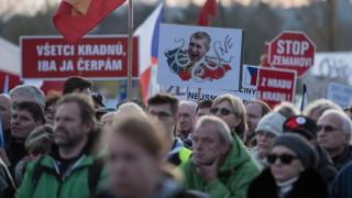 Повече 300 000 чехи искат оставката на премиера Бабиш