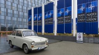 Външно изложи трабанта на Паси пред централата на НАТО