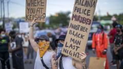 Уволняват полицай след убийството на чернокожа в САЩ