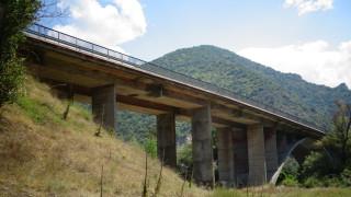 Рушащ се мост на подбалканския път застрашава преминаващите автомобили