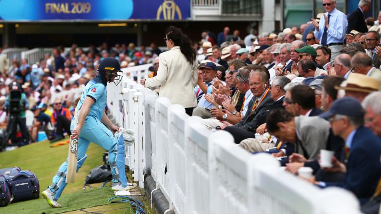 Англия спечели първа Световна купа по крикет след невероятен финал