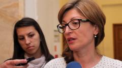 """Съдии от СРС """"скочиха"""" на Захариева, тя не се дава"""