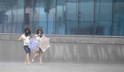 "Тайфунът ""Моракот"" удари и Китай"