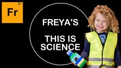 Дете прави научни експерименти