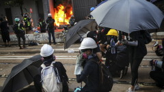 Полицията в Хонконг за първи път стреля с бойни патрони срещу протестиращи