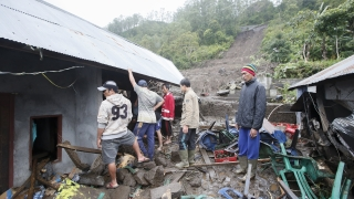 Десетки са в неизвестност след свлачище на остров Ява