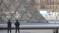 Полицията с акция в центъра на Париж след атаката до Лувъра