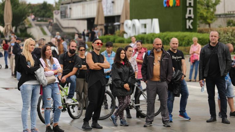 На пилоните пред НДК се провежда протест