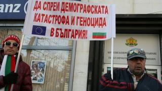 Протестиращи скочиха на КЕВР: Вие погребахте България