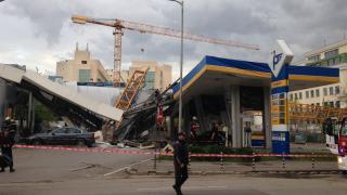 Кулокран се срути върху бензиностанция в София