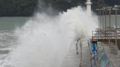 Бурният вятър затвори пристанищата в Бургас