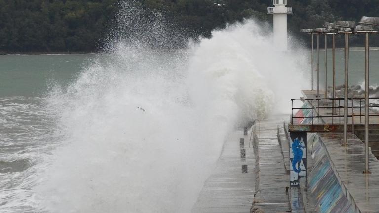 Жълт код за вълнение по морето, валежите спират