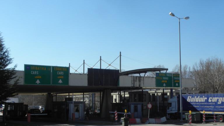 Трима българи в ареста за нелегален внос на бензин и алкохол в Гърция
