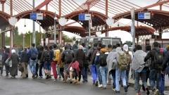 Германия е дала работа на 300 000 бежанци към май, а още 1,2 милион чакат да бъдат наети