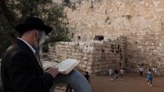 Равин поиска от имам фетва срещу продажба на хляб на евреите