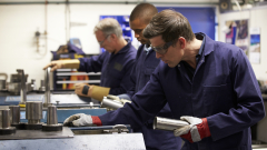 Близо 80% от засегнатите фирми пускат работниците в платен отпуск