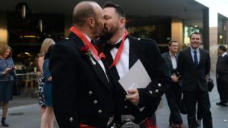 Швейцария узаконява еднополовите бракове