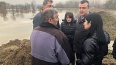 Засипаха с пръст разрушената дига край Видин