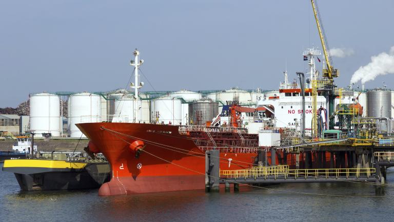 Силното търсене от Китай поддържа цените на петрола