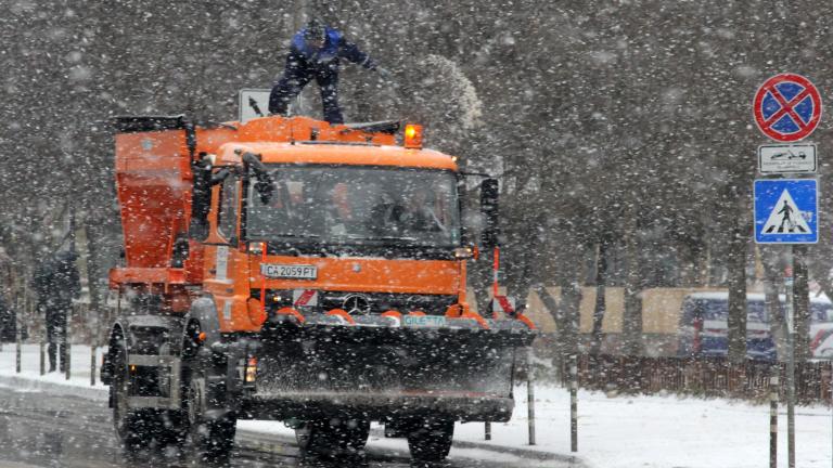 130 снегорина почистват улиците на София