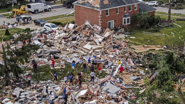Най-малко 8 души са ранени, а 130 къщи са разрушени