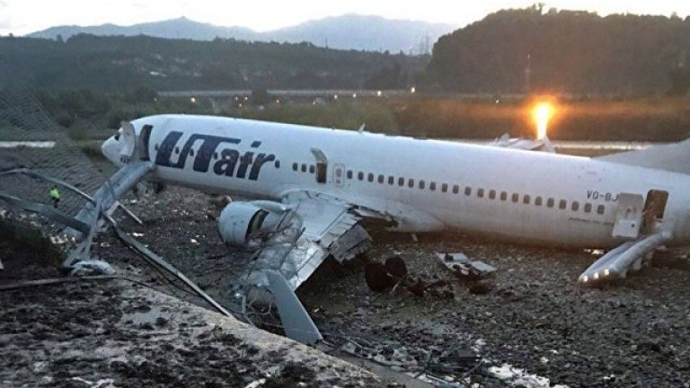 Самолет излезе от пистата в Сочи и се запали, 18 пострадали