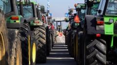 Фермери пробиха полицейския кордон и нахлуха с тракторите на панаир в Солун