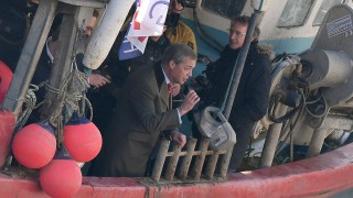 Фараж и рибари протестираха срещу ЕС и Лондон с хвърляне на риба в Темза
