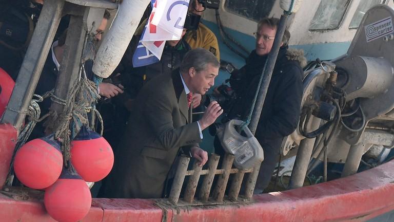 Поддръжници на Брекзит хвърляха риба в река Темза като протест,