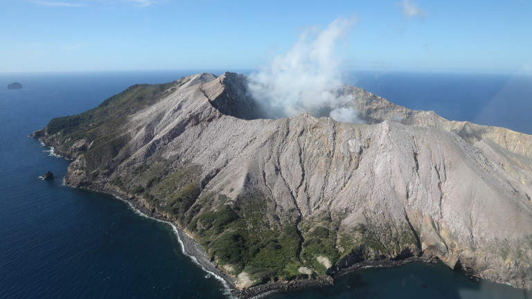 Най-малко един човек е загинал при изригването на вулканана новозеландския
