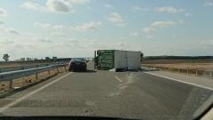 Камион се обърна и разпиля фураж в село Хотница