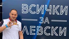Легендарният плувец Петър Стойчев се сдоби със сезонна карта за мачовете на Левски