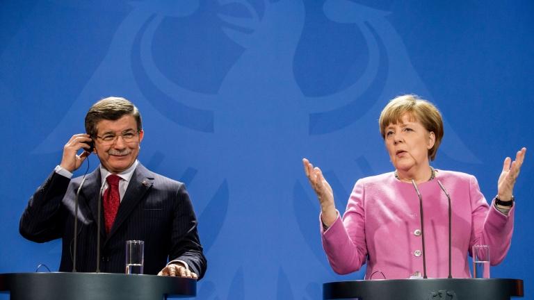 Давутоглу при Меркел – ръкостискане в неволята