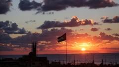 Протестиращи палестинци в Газа горят знамената на САЩ и Израел