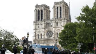 """Парижката полиция стреля по нападател пред """"Нотр Дам"""""""