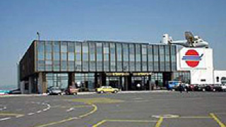 Разследват сблъсък на самолет с ято гларуси на летището в Бургас
