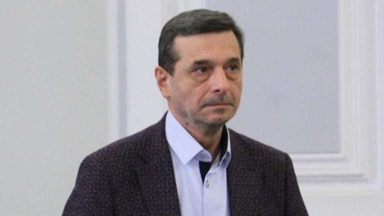 Рокадите могат и да попречат на властта, предупреди Манолов
